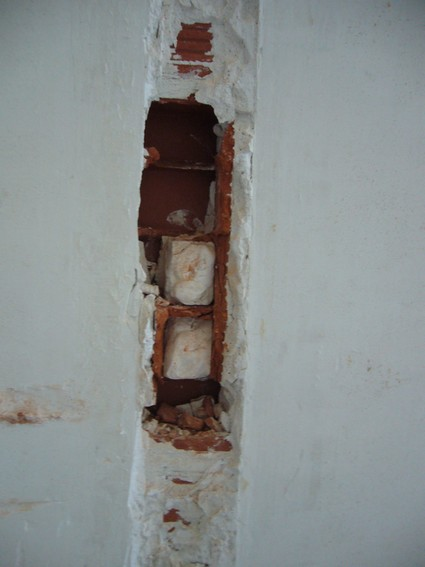Cloison enlev e comment reboucher les tours - Enduire un mur en brique ...